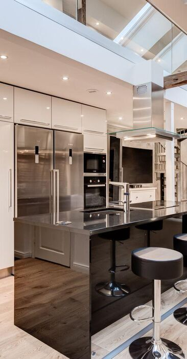 Ullakkoasunnon moderni keittiö