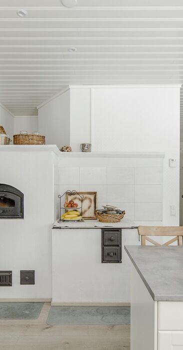 Leivinuuni ja puuliesi tuovat kodikkuutta keittiöön