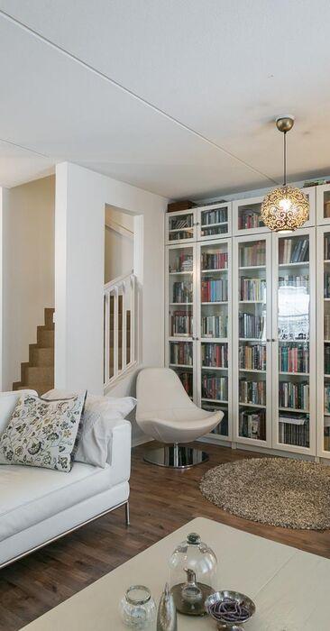 Seinän täydeltä kirjoja