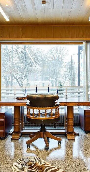 Perinteisen arvokas työhuone kirjahyllyineen