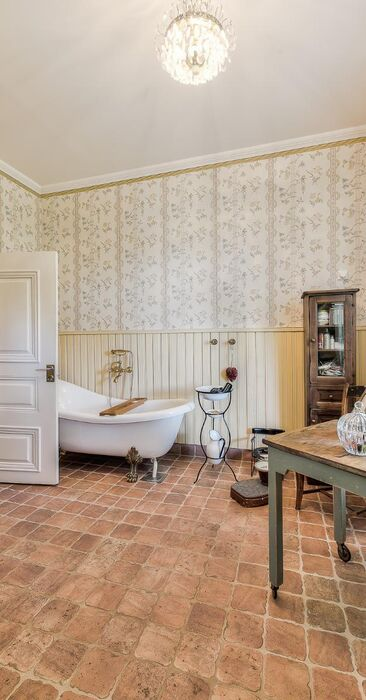 Koristeellista kartanotyyliä kylpyhuoneessa