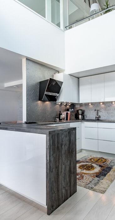 Loft-asunnon moderni keittiö