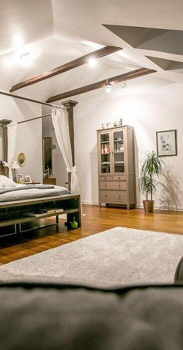 Näyttävä pylvässänky makuuhuoneessa