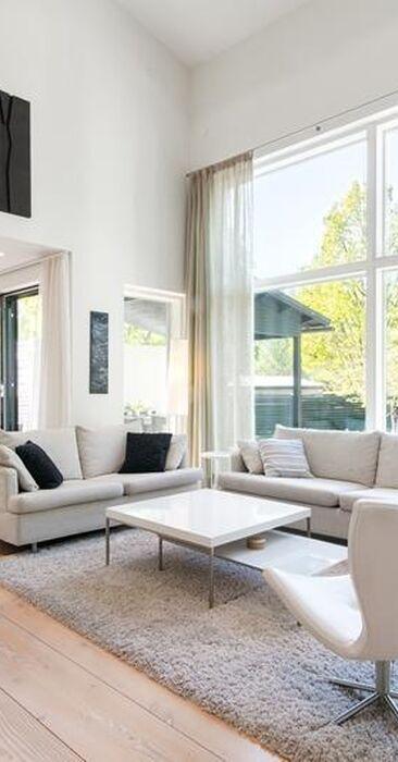 Tekstiilit parantavat korkean olohuoneen akustiikkaa