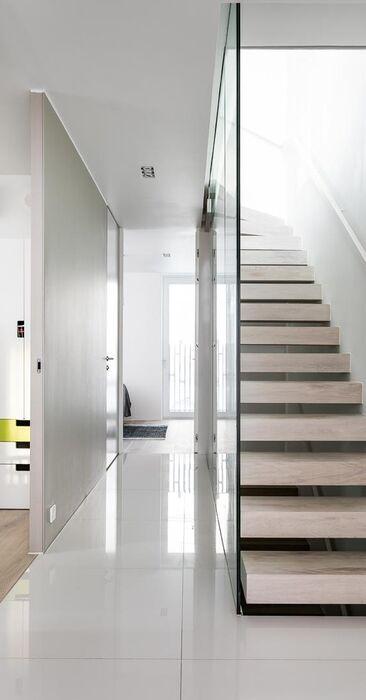 Kaunis portaikko lasikaiteella