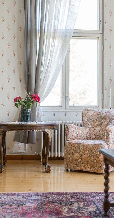 Kukkakuoseja ja kartanotunnelmaa olohuoneessa