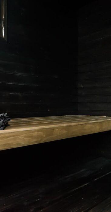 Musta sauna tasolauteilla