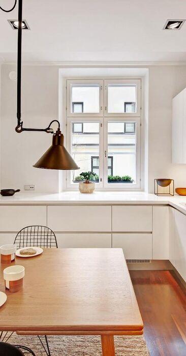 Puu tuo tunnelmaa valkoiseen keittiöön