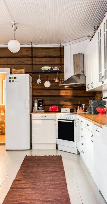 Maalaisromanttinen keittiö hirsiseinineen