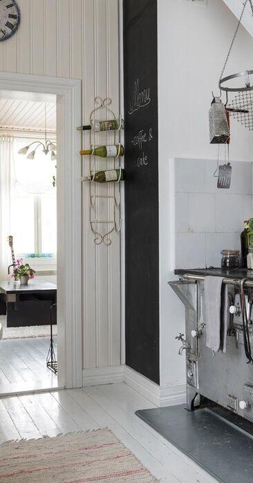 Suloiset vanhat hellat pienessä puutalon keittiössä