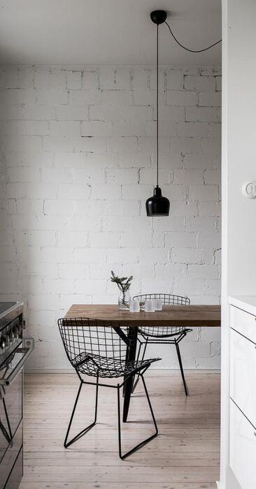 Valkoinen tiiliseinä tuo rouheutta keittiöön