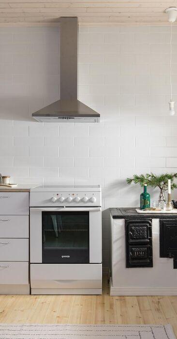 Tyylikkäästi remontoitu yläkaapiton keittiö