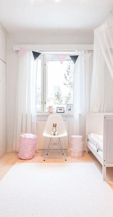 Suloinen pienen tytön huone