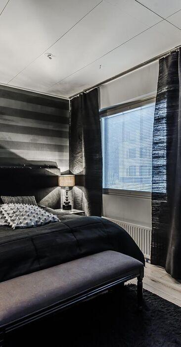 Tunnelmallinen musta makuuhuone