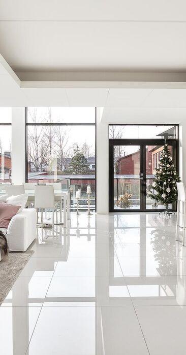 Valoa ja avaruutta modernissa kodissa