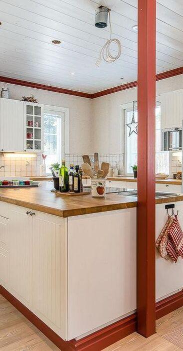 Ripaus punaista maalaisromanttisessa keittiössä