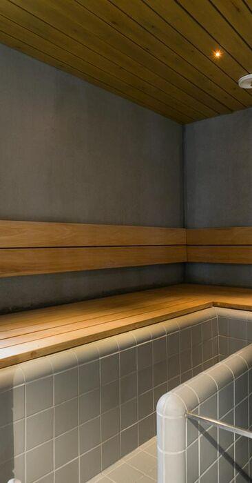 Betoniseinää modernissa saunassa