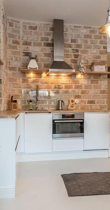 Kaunis tiiliseinä remontoidussa keittiössä