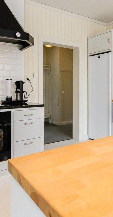 Näyttävä musta huuva keittiössä