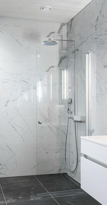 Upeat marmorilaatat kylpyhuoneessa