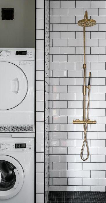 Kaunis pieni kylpyhuone messinkisellä suihkulla