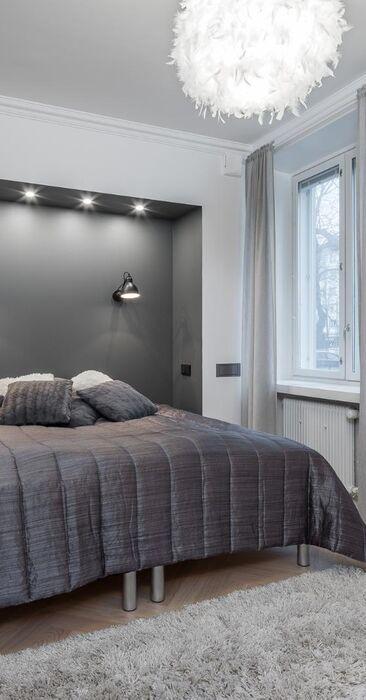Tyylikäs syvennys ja valaistus makuuhuoneessa