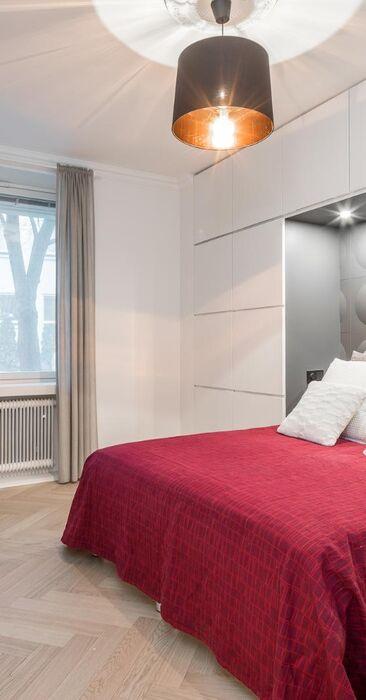 Makuuhuoneen kaapit muodostavat tyylikkään sängynpäädyn