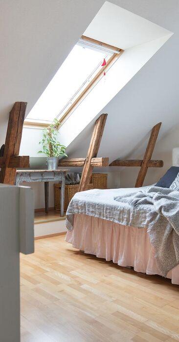 Puutalon makuuhuone kattoparruineen