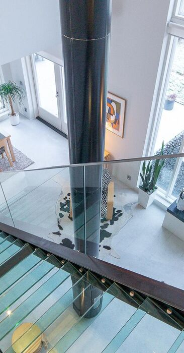 Valo virtaa lasisen portaikon läpi kauniisti