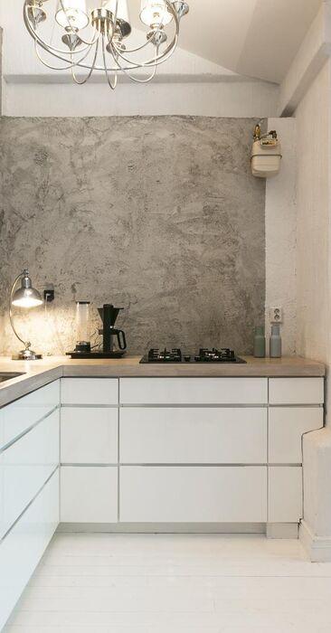 Rouhea betoniseinä keittiössä