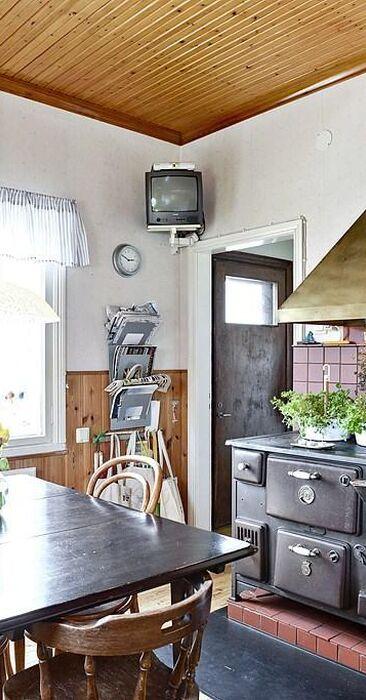 Messinkinen liesituuletin ja vanha puuhella keittiössä