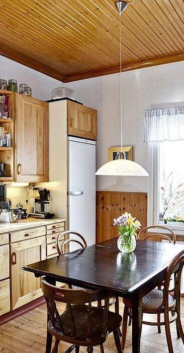 Hauska pyöreä ikkuna keittiössä