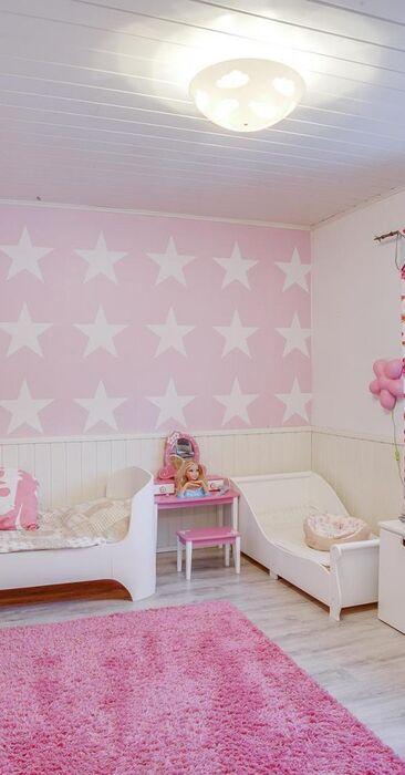 Vaaleanpunaista pienen tytön huoneessa