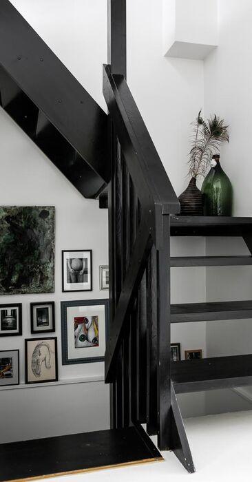 Tauluseinä ilahduttaa portaikossa