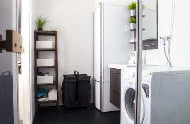 Kylpyhuoneen uudistus edullisesti ja nopeasti – laattojen pinnoitus pelasti