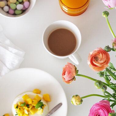 Keväinen kattaus pääsiäispöytään, jugurttipannacotta jälkiruoaksi