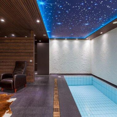 Tunnelmallinen uima-allasosasto tähtikattoineen
