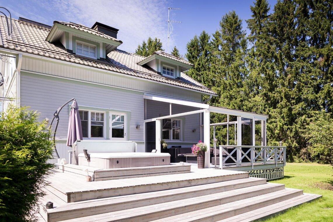 Omakotitalon tilava terassi poreammeineen - Etuovi.com Ideat & vinkit