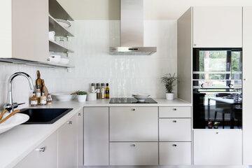 Sisustuslevy on korvannut laatat keittiön välitiloissa